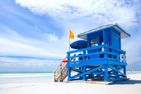 Siesta Key Beach, Florida USA, kleurrijke badmeester huis op een mooie zomerse dag met de oceaan en blauwe wolkenlucht