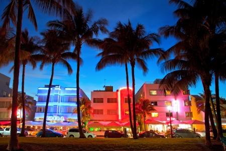 nighttime: Miami hoteles y restaurantes de Florida al atardecer en Ocean Drive Beach, popular destino tur�stico para los que