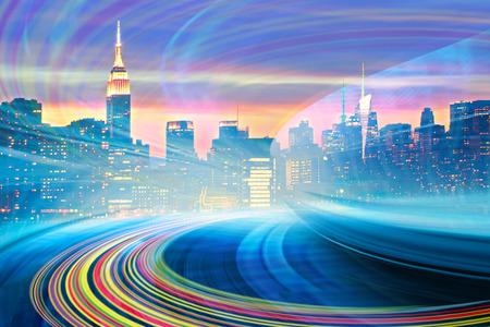 Abstrait Illustration d'une autoroute urbaine va au centre-ville de la ville moderne, mouvement de vitesse avec des sentiers de lumière colorée. Image de toits de New York est de ma collection. Banque d'images - 36341622