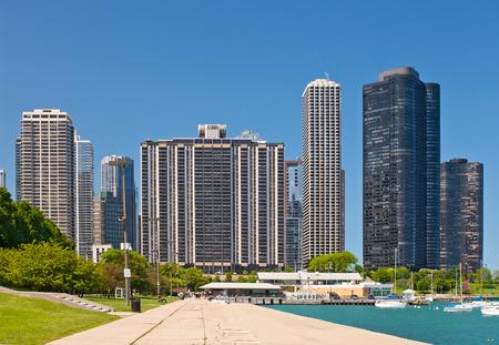 bienes raices: Horizonte de Chicago y el puerto deportivo en un día de verano beautiufl con el cielo azul Foto de archivo