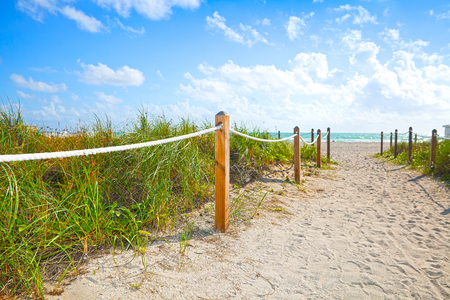 arena: Camino de la arena de ir a la playa y el océano en Miami Beach, Florida, en una hermosa mañana de verano con el cielo azul Foto de archivo