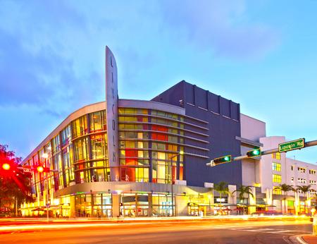 plaza comercial: Miami Beach, Florida, EE.UU.-13 de noviembre 2015: Lincoln Road Mall Cine y tráfico en movimiento al atardecer, arquitectura colorida hermosa en el famoso destino turístico de Miami Beach Editorial