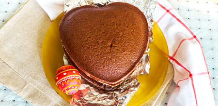 stil: Chocolate cake and souvenir Easter egg on the table, panoramic photo