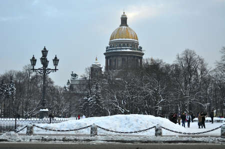 Winter view on the St. Isaacs Cathedral and park in Saint-Petersburg Stockfoto