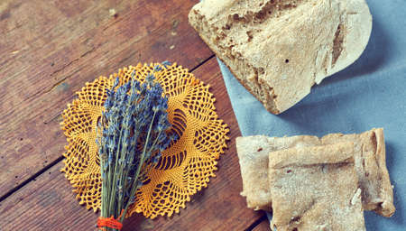 Vintage still life with homemade bread and bunch of dry lavender from above 스톡 콘텐츠 - 91615649
