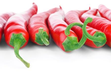 Rij van rijpe rode hot chili peppers