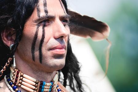 visage homme: Portrait d'Indien de l'Am�rique en costume national