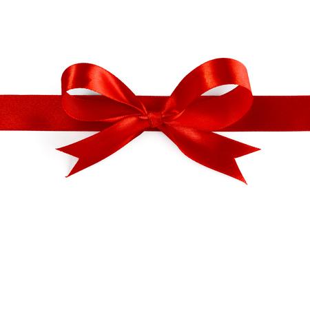 moños navideños: Lazo de seda del regalo de la cinta roja sobre fondo blanco