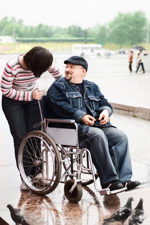 paraplegico: Hombre divertido en una silla de ruedas