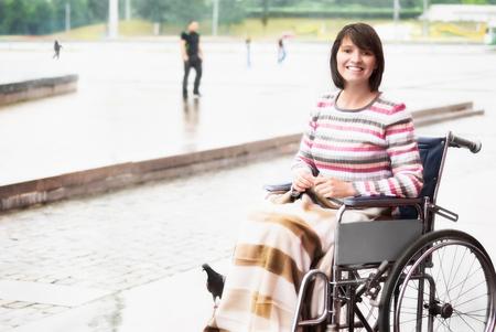 silla: Mujer sonriente en una silla de ruedas
