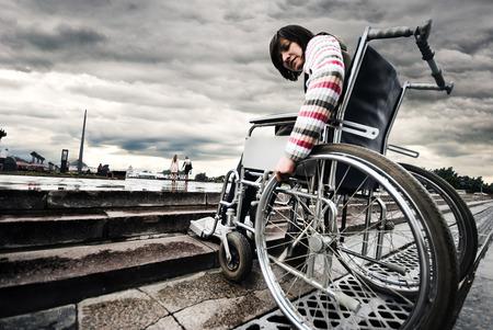 장애물 앞에 휠체어 여자 스톡 콘텐츠