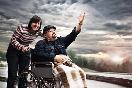 sillon: Hombre divertido en una silla de ruedas