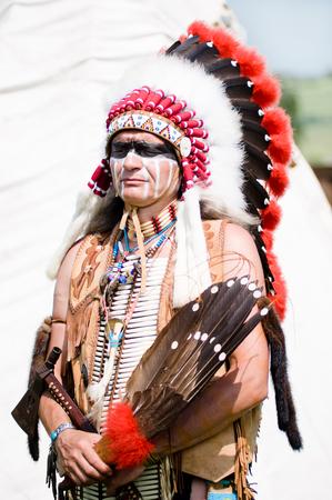 Portret van American Indian Chief in de nationale jurk Stockfoto