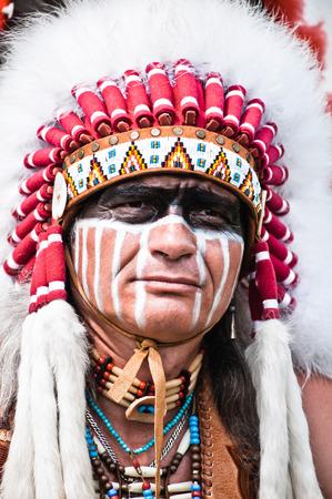 Retrato del jefe indio americano en traje nacional Foto de archivo - 48379648