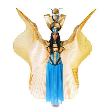 belle brune: Jeune fille habillée en costume égyptien isolé sur fond blanc