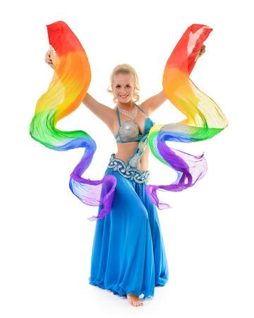 danseuse orientale: Belle danseuse du ventre avec multicolore châle isolé sur fond blanc