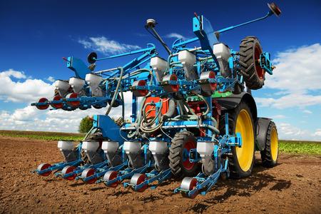 agricultura: La maquinaria agrícola moderna para la siembra y cosecha las verduras