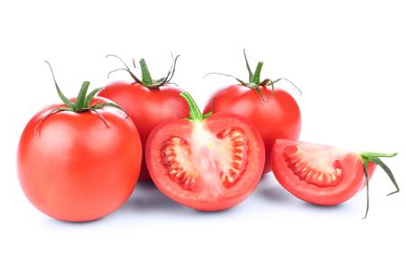 légumes verts: tomates rouges fraîches avec des feuilles vert isolé sur fond blanc Banque d'images