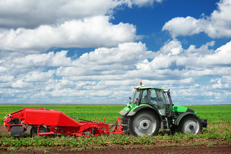 agronomic: Agricultural machinery for planting and harvesting vegetables on field