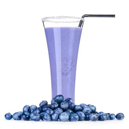alimentos saludables: Blueberry batido delicioso con berrys fresca aislada en el fondo blanco