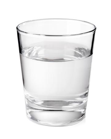 acqua vetro: Vetro trasparente con acqua minerale pulita isolato su sfondo bianco