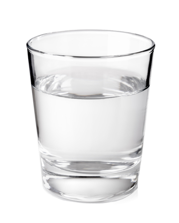 copa de agua: vidrio transparente con agua mineral limpia aislada en el fondo blanco Foto de archivo