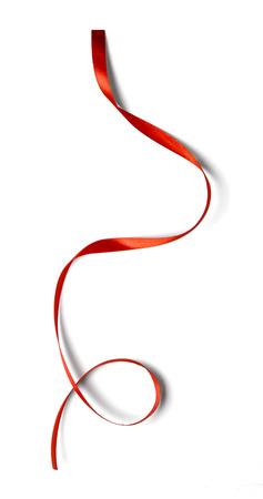 흰색 배경에 고립 곱슬 빨간 리본