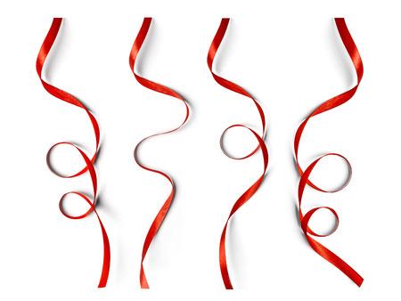 moños navideños: Conjunto de cintas rojas rizadas aislados en el fondo blanco