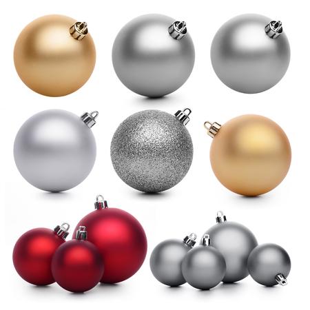Groep Kerstmisballen die op witte achtergrond wordt geïsoleerd