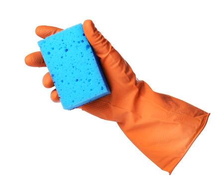 empleadas domesticas: Mano con la naranja guante de goma sostiene la esponja azul sobre fondo blanco
