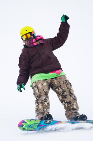 Tiener snowboarder op het bord Stockfoto