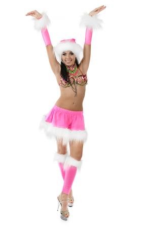 Leuk sexy meisje in roze die Kerstmiskostuum op witte achtergrond wordt geïsoleerd