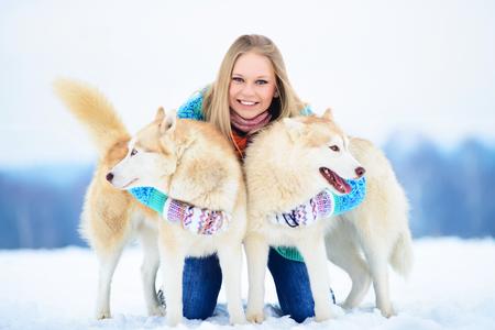 Mooi meisje knuffelen de hond. Het meisje met de Siberische Husky Stockfoto