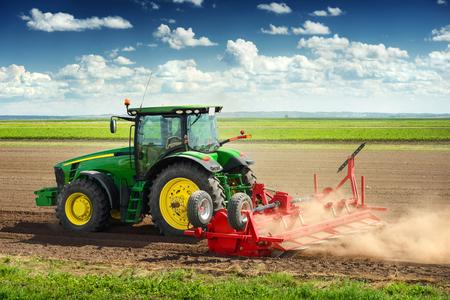 Landbouwmachines voor het planten en oogsten van groenten op het veld
