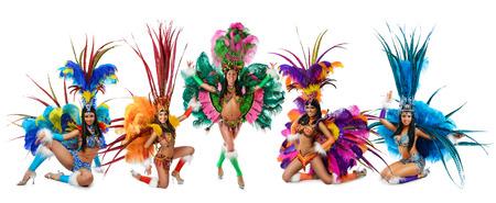 다채로운 카니발 의상에서 웃는 아름다운 여자 그룹