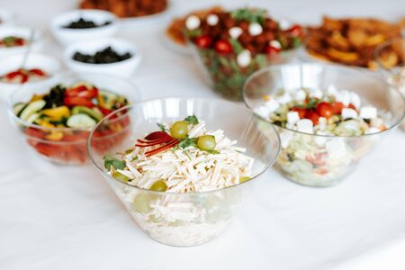 Appetizers table with italian antipasti snacks. Brushetta or authentic traditional cheese variety board Banque d'images