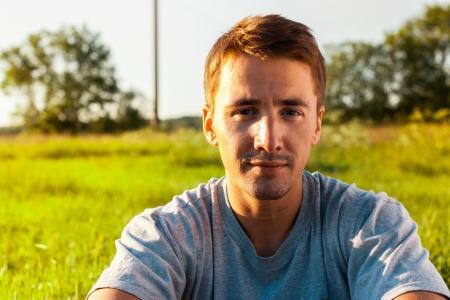 美しい若い男性の肖像をクローズ アップ