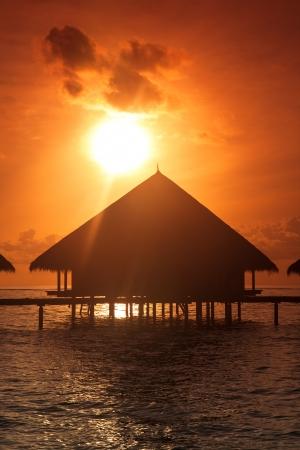 Zonsondergang op de Maldiven eiland, water Villas Resort