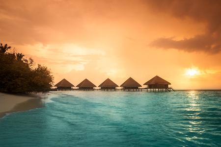 Ber Wasser Bungalows mit Schritte in erstaunlich grünen Lagune Standard-Bild - 23012746