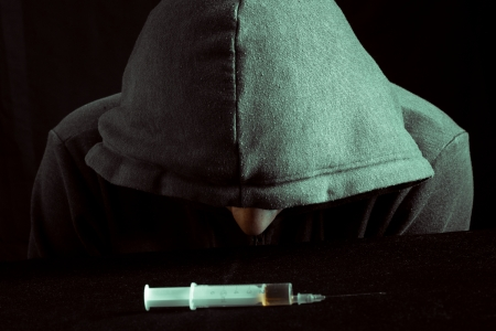 drogadicto: Grunge imagen de un adicto a las drogas deprimido