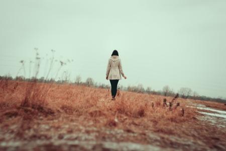 femme triste: Jeune fille marche sur terrain en herbe