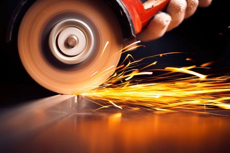 Rode hete vonken bij slijpen staal materiaal. Close-up Stockfoto