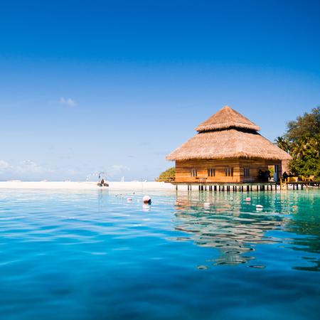 Watervilla's in de oceaan met stappen in turquoise lagune