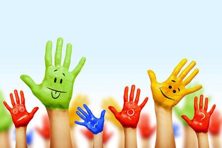 diversidad cultural: manos de diferentes colores. diversidad cultural y étnica, ilustración vectorial