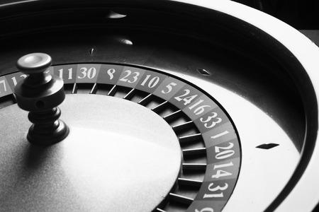 rueda de la fortuna: Ruleta en el casino. blanco y negro. tiro del estudio. Foto de archivo