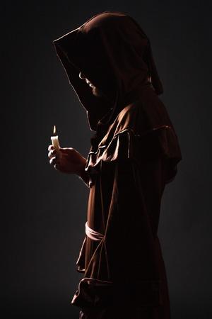 Mystery monnik bidden op knielt in donkere