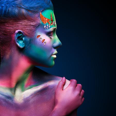 ボディー アートと美しい女性の肖像画。水中の概念