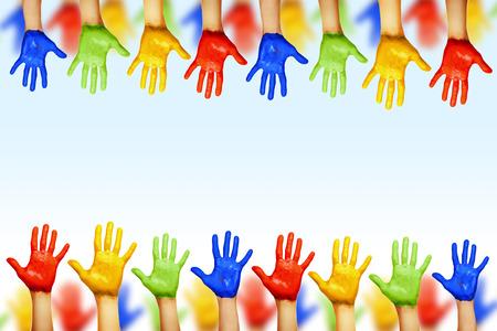 異なる色の手。文化や民族の多様性
