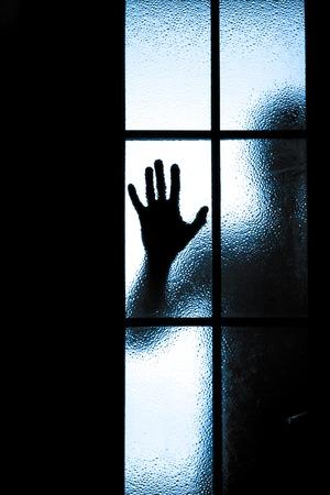 すりガラスを通して人々 の拡散のシルエット