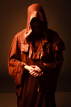 sotana: misterioso monje católico en el crepúsculo. tiro del estudio Foto de archivo
